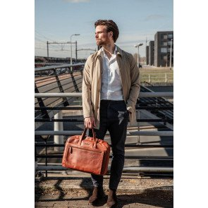 DSTRCT Leren Laptoptas 17 inch Premium Collection Incl. Onderhoudspakket Cognac Lifestyle